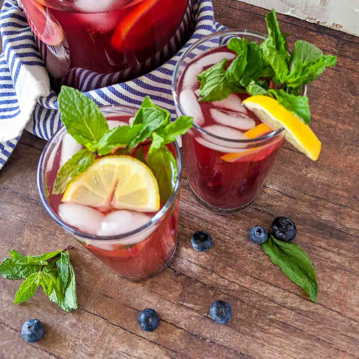 blueberry iced tea recipe with lemon and mint in glasses